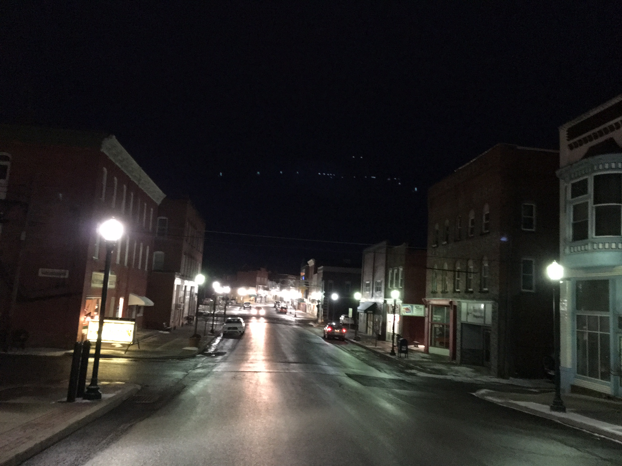 picture of long avenue in downtown dubois on a January night